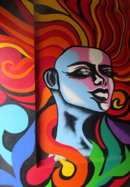 Das Frauengesicht mit den Haaren aus Farben