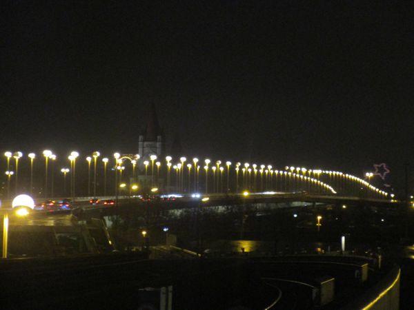 Nächtliche Straßenbeleuchtung in Wien