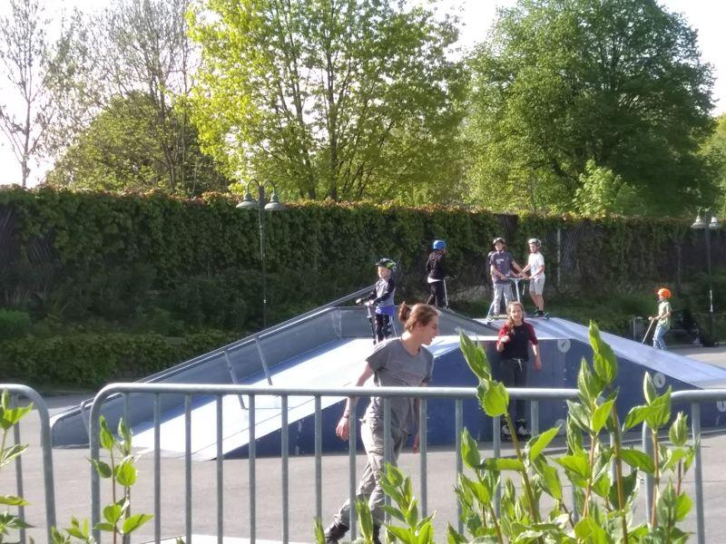 Die Kleinen mit ihren Rollern im Skatepark