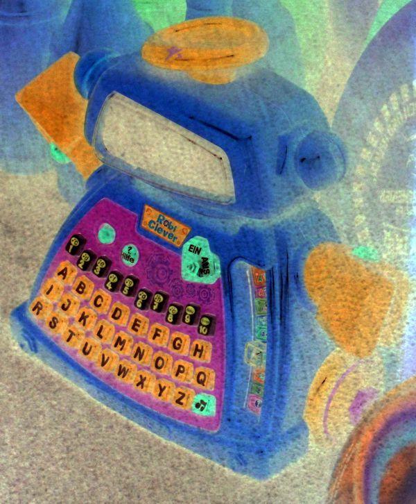 Der verkehrte gelbe Spielzeug-Rechen-Roboter