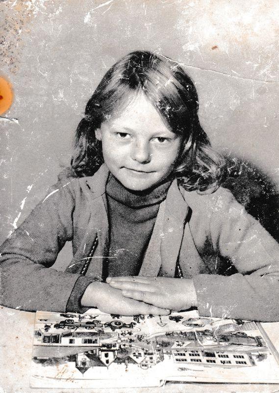 Die Erstklässlerin Irmgard Huber, später Tosin, in der Volksschule Glödnitz