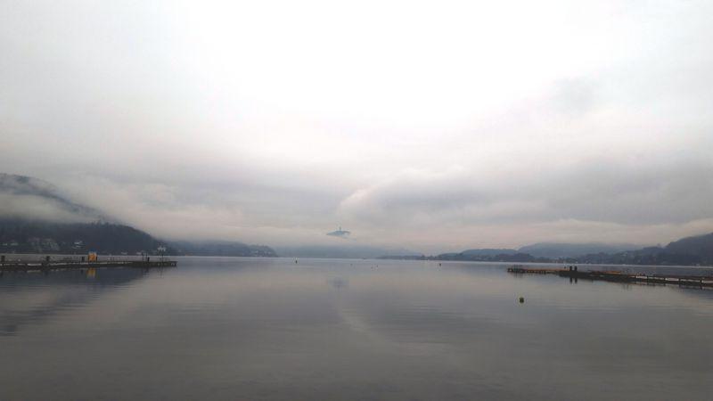 Blick vom Strandbad Klagenfurt im Dezember zum Pyramidenkogel über den Wolken