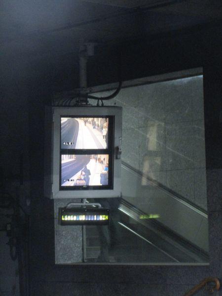 Zwei Überwachungsbildschirme bei einer U-Bahn-Station