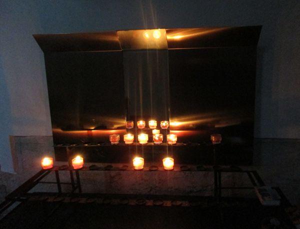 Brennende Kerzen in der Pfarrkirche Maria im Dorn zu Beginn der Allerseelennacht 2020 in Feldkirchen