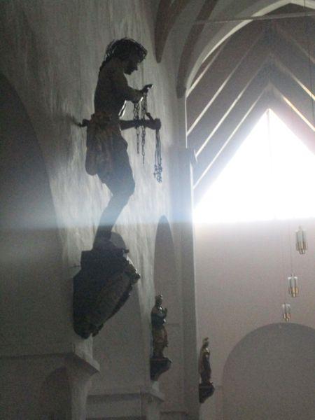 Heiligenfiguren an der Wand der Pfarrkirche Maria im Dorn zu Beginn der Allerseelennacht 2020 in Feldkirchen