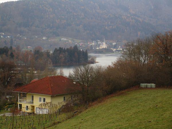 Der Blick über das gelb-weiße Haus in Pritschitz und über Maria Wörth am 1. Dezember 2020
