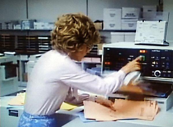 Die Bedienung des Automatic Document Handlers im Jahr 1980