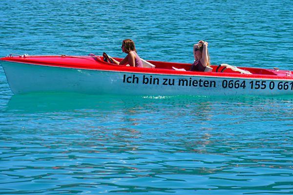 Zwei Ladys im Ich-bin-zu-mieten Elektroboot